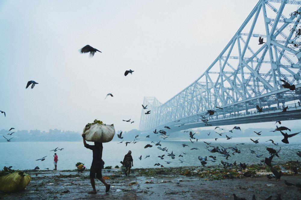 Победитель в национальном конкурсе из Бангладеша. Зимнее утро под мостом Ховрах в Калькутте, Индия.