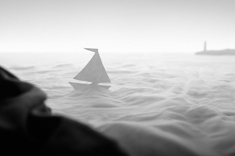 1 место в категории «Обычная жизнь» занял ещё один российский фотограф. Его снимок называется «Восход на море». Не нужно иметь деньги, чтобы путешествовать. Просто используйте свое воображение! Ткань и бумага — всё, что вам нужно.