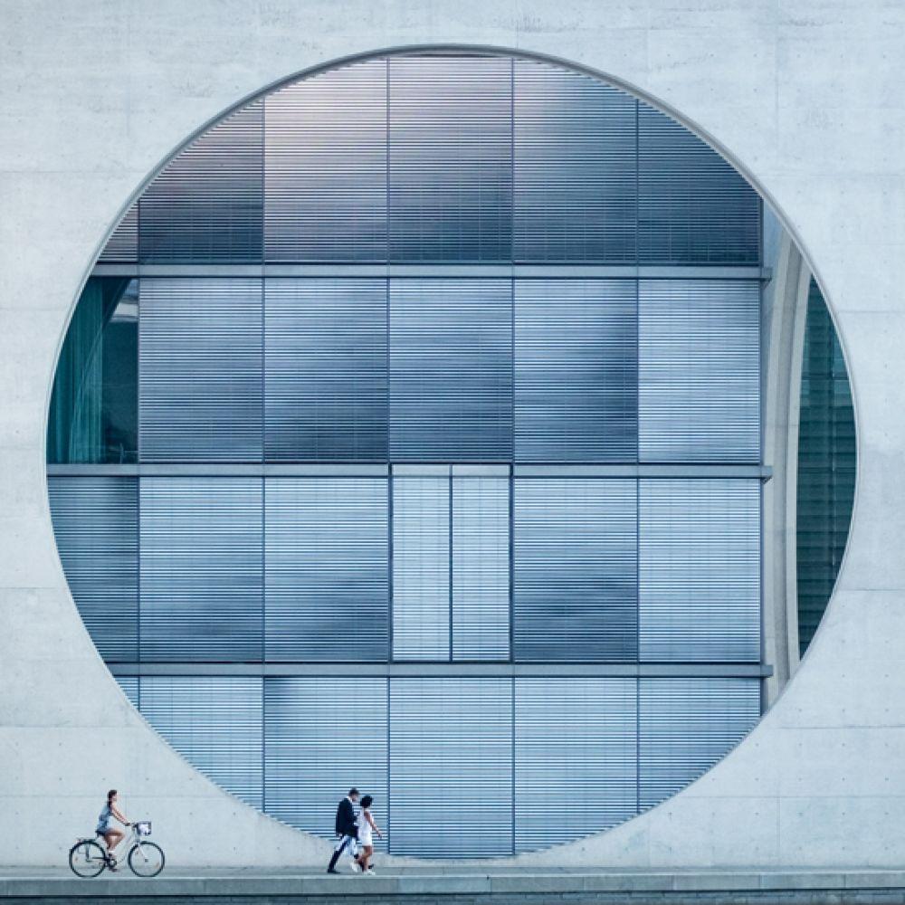1 место в категории «Архитектура». Снимок под названием «Глаз». Фотография сделана в Берлине около реки Шпрее.