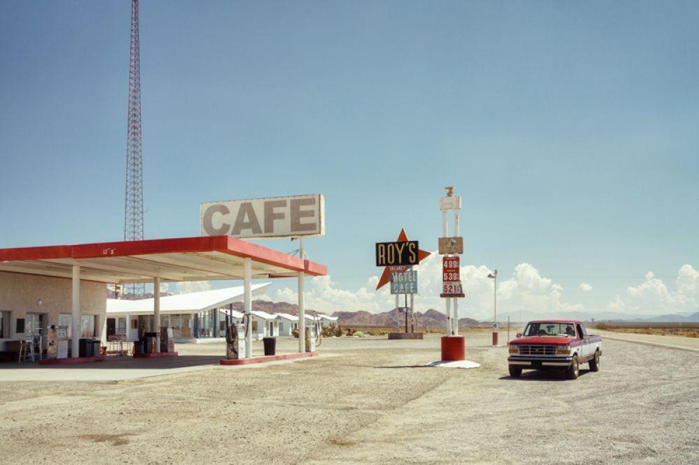 1 место в категории «Путешествия». Roy's Cafe, бензоколонка и мотель в Калифорнии. Эта фотография является частью серии «Придорожная Америка», и была сделана на историческом Маршруте 66.