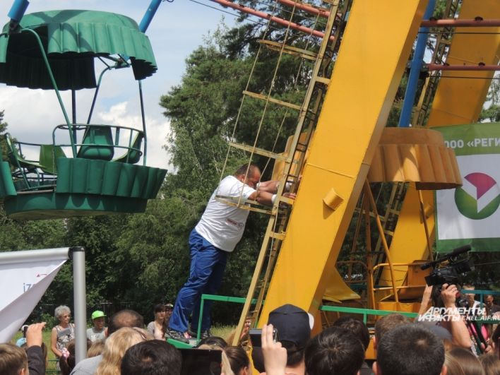 2014. Стронгмен за 8 минут голыми руками провернул колесо обозрения в парке им. Пушкина. Вес аттракциона – 34 тонны.