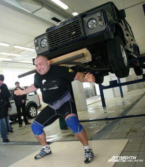 2008. Нигматуллин в течение 20 секунд удерживал на плечах внедорожник Land Rover весом 2200 кг, установив мировой рекорд.