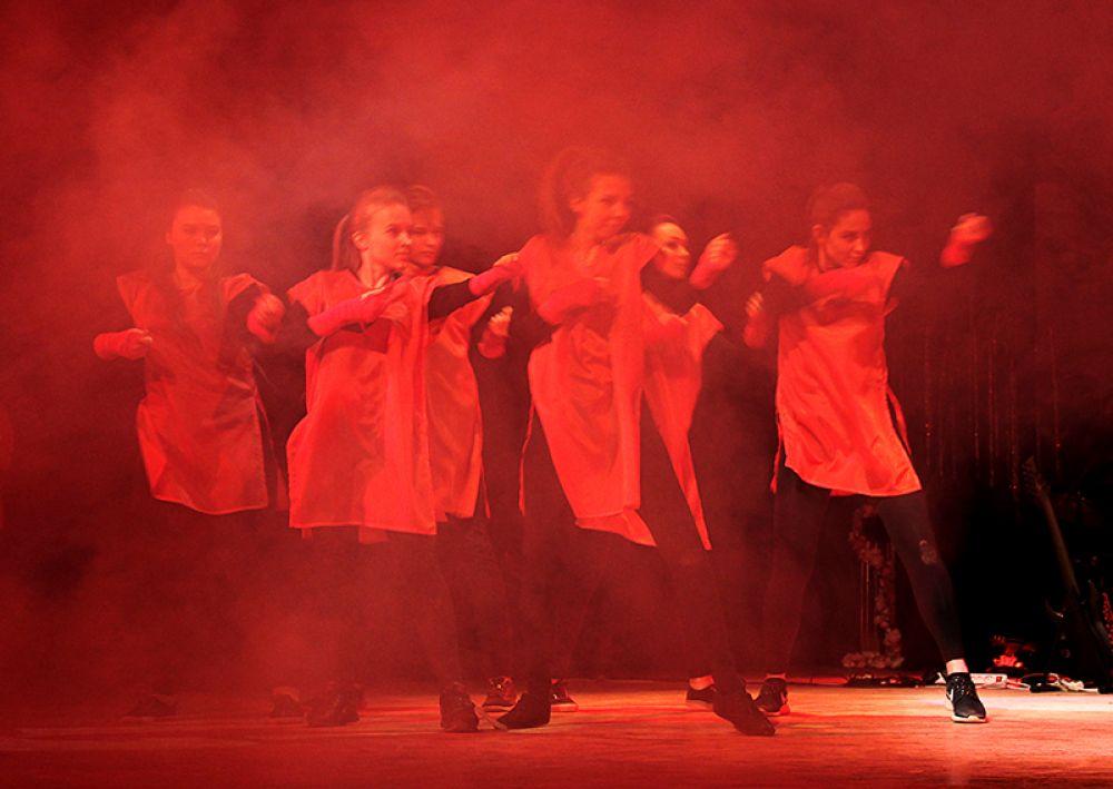 Суть конкурса была весьма буржуазной, но открытие отметили танцем, посвящённым 100-летию Русской революции