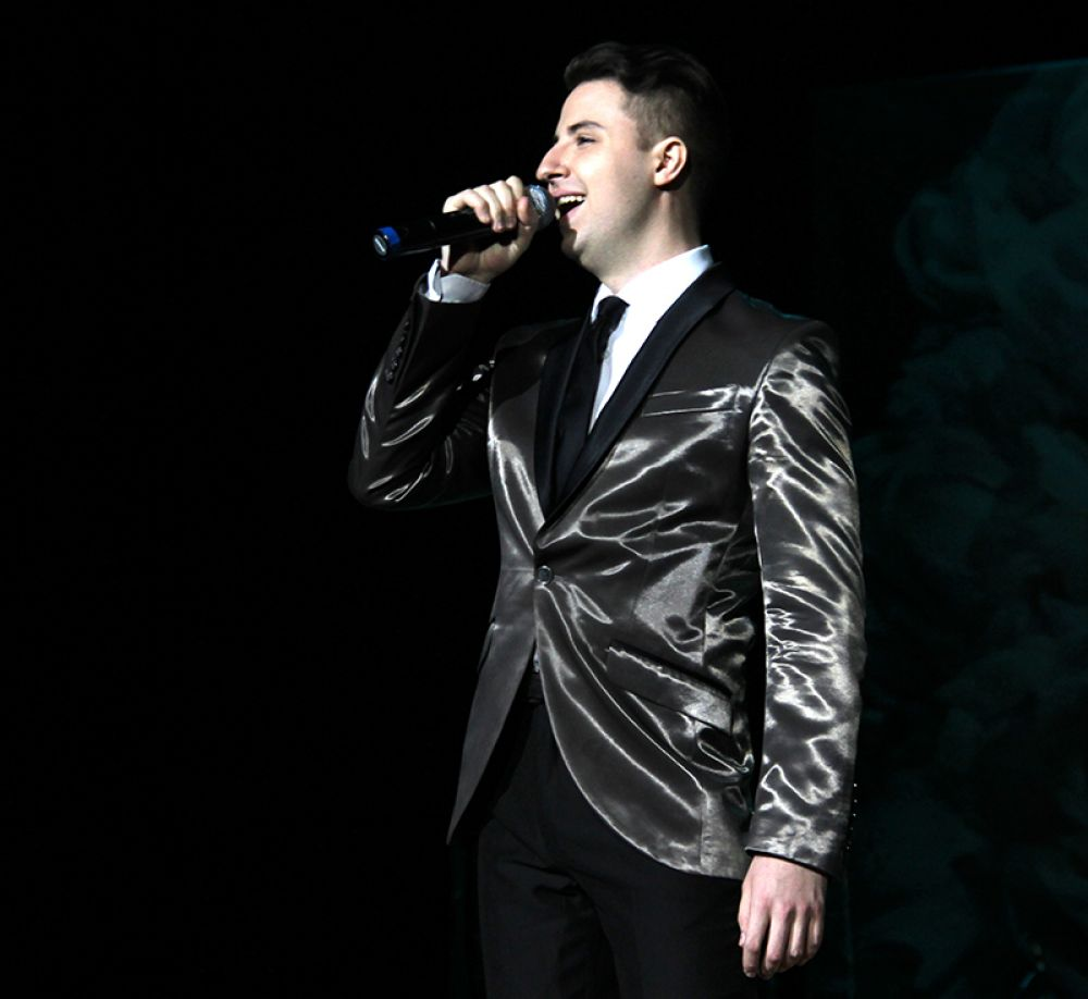Победитель прошлогоднего конкурса приветствовал народ песней