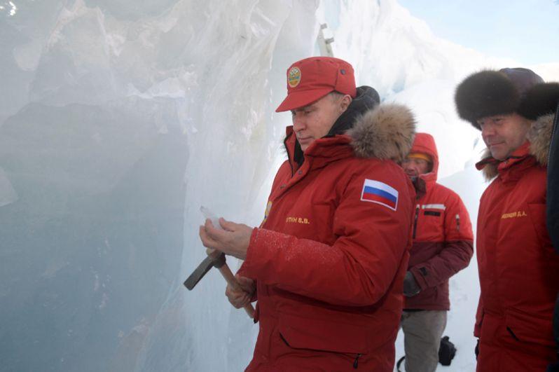 Президент собственноручно высек из ледника несколько осколков для научных исследований.