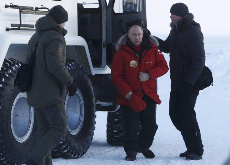 Владимир Путин во время посещения острова Земля Александры в архипелаге Земля Франца-Иосифа.