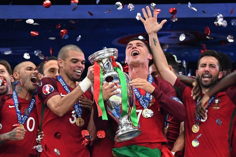 Португалия. Минимальное отставание от Швейцарии в группе В, отрыв от ближайшего конкурента Венгрии составляет 5 очков. Два ближайших матча — также с аутсайдерами (Латвия, Фареры). Действующий чемпион Европы. Звёзды: Криштиану Роналду.