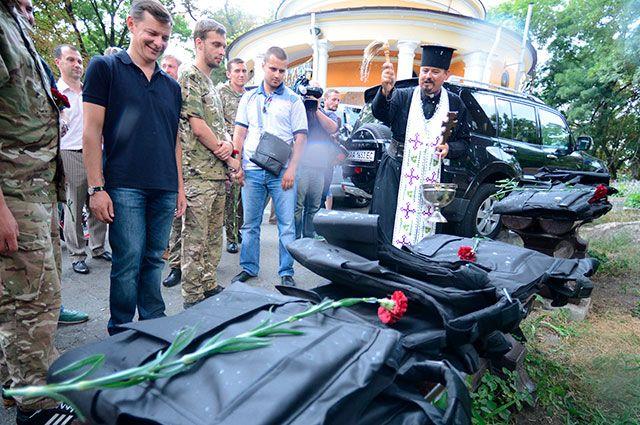 Лидер Радикальной партии Олег Ляшко (в центре) во время церемонии проводов бойцов батальона национальной гвардии «Шахтерск» в зону силовой операции на восток Украины.