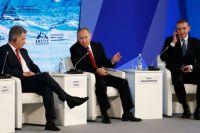 Президент РФВладимир Путин наМеждународном арктическом форуме «Арктика— территория диалога» вАрхангельске. Слева— президент Финляндии Саули Нийнистё, справа— президент Исландии Гудни Йоханнессон.