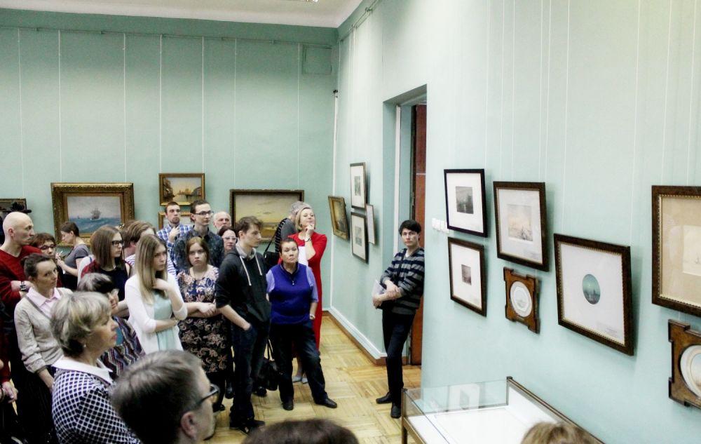 На откритии выставки пришло большое количество поклонников живописи.