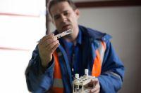 Руководитель проекта Дмитрий Никитин демонстрирует прошедшую очистку воду.