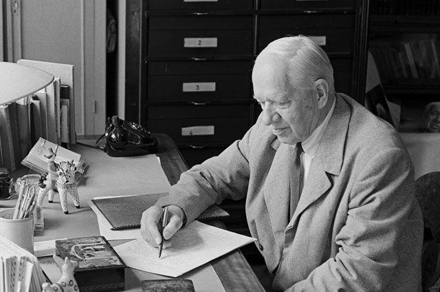 Детский писатель Корней Чуковский в рабочем кабинете.