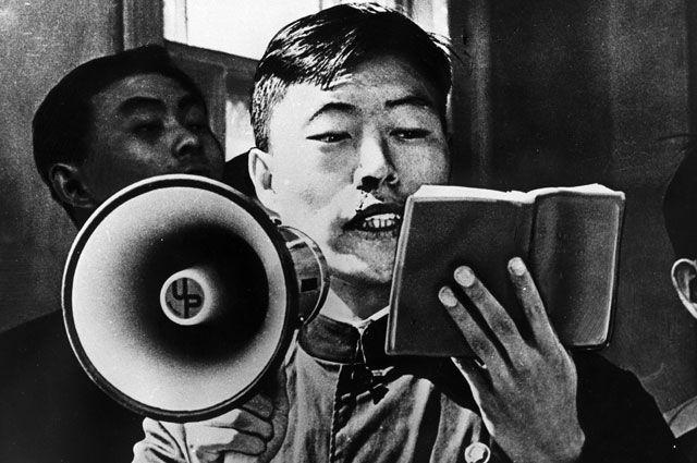 Молодой человек цзаофань (бунтарь) читает цитаты Мао Цзэдуна. Китайская Народная Республика. Репродукция фотографии из«Литературной газеты» №12, 1969года.