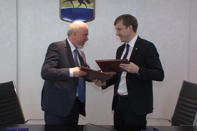 Мэр города Вадим Шувалов и глава Сургутского отделения «Сбербанка» Сергей Кузнецов подписали соглашение.