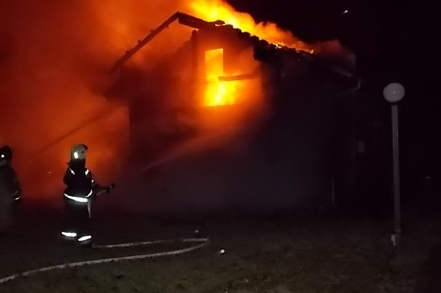 Cотрудники экстренных служб пытаются выяснить причину пожара вЗаокском районе