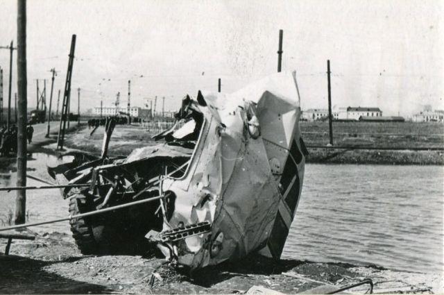 Общий вид задней части автобуса после происшествия.