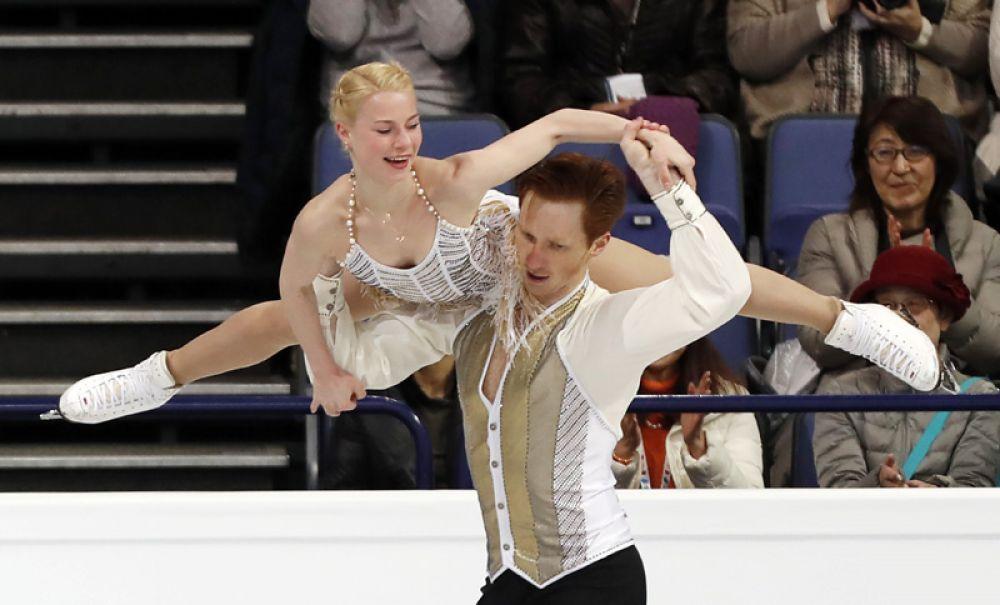 Евгения Тарасова и Владимир Морозов выступают в короткой программе парного катания на чемпионате мира по фигурному катанию в Хельсинки.