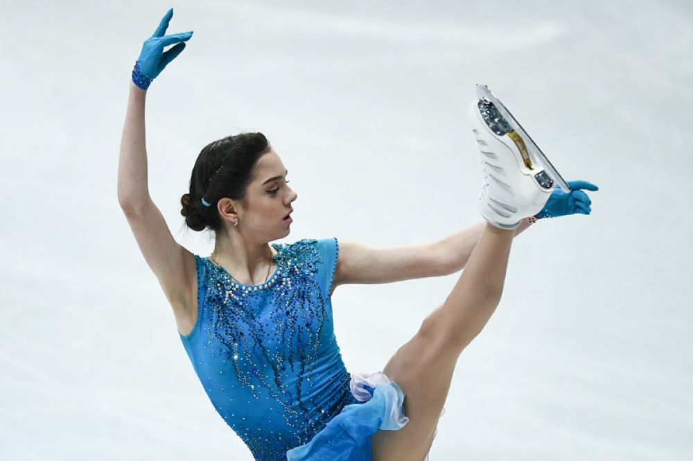 Евгения Медведева заняла первое место в короткой программе в женском одиночном фигурном катании. Российская фигуристка, являющаяся действующей чемпионкой мира, набрала по итогам программы 79,01 балла.