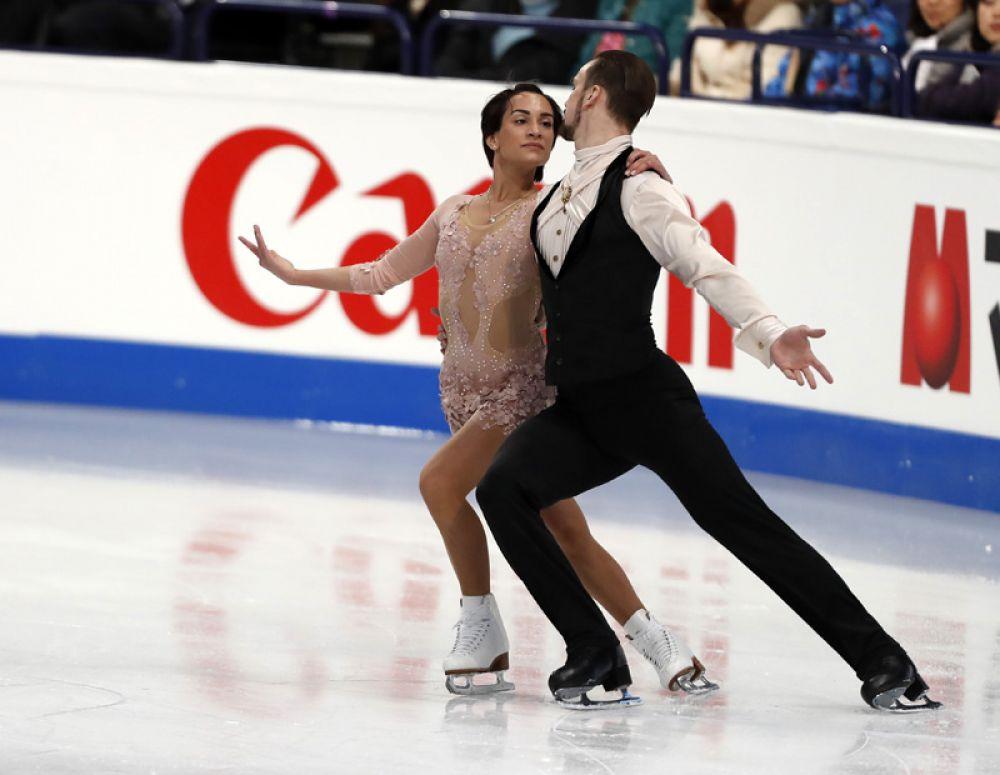 Ксения Столбова и Федор Климов выступают в короткой программе парного катания на чемпионате мира по фигурному катанию в Хельсинки.