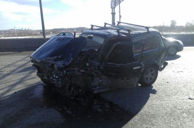 Вутреннем ДТП наЗападном обходе Перми пострадал шофёр Нивы