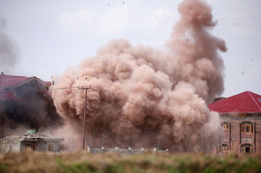 28 марта. Жилой дом, взорванный во время перестрелки между индийскими солдатами и боевиками в Чадуре, на окраине Сринагара, Индия.