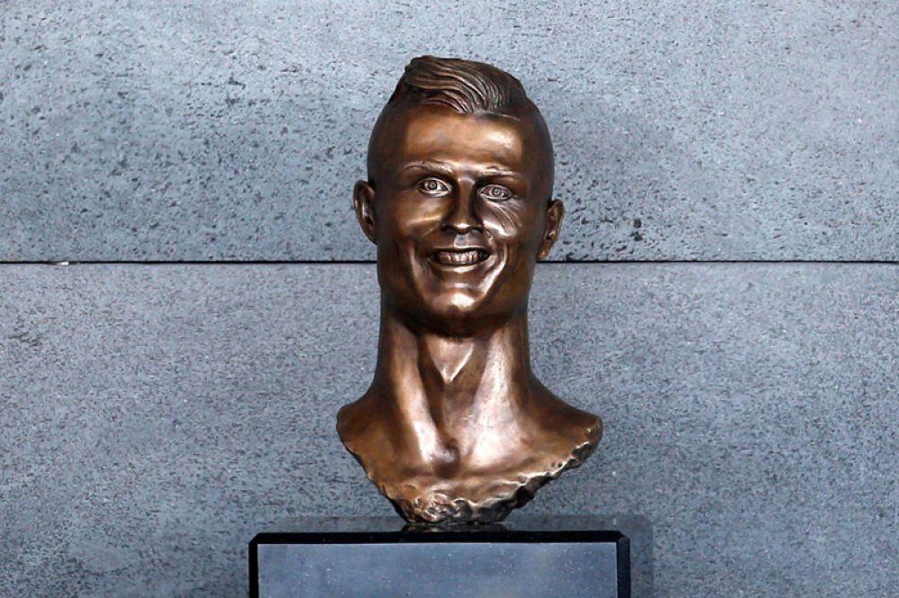 29 марта. В аэропорту острова Мадейра установили бюст нападающего мадридского «Реала» Криштиану Роналду, который стал поводом для шуток в соцсетях.