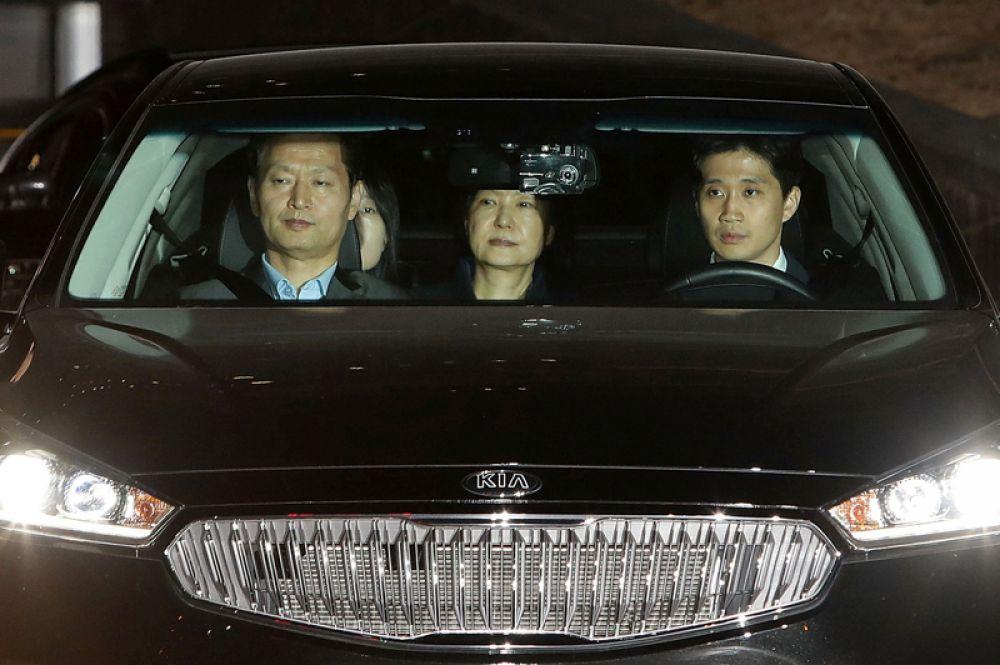 31 марта. Экс-президент Южной Кореи Пак Кын Хе заключена под стражу по обвинению в кррупции в Сеуле.