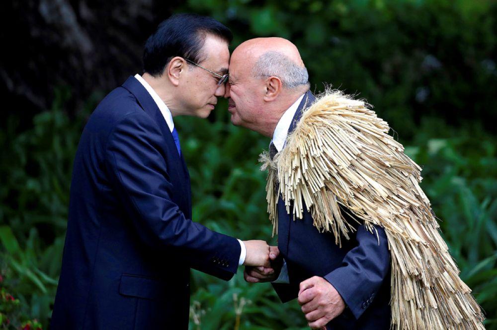 27 марта. Профессор Пири Шаша демонстрирует тредиционное приветствие народа маори во время встречи с премьер-министром Китая Ли Кэцяну.