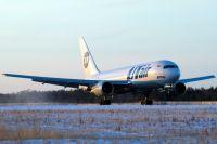 Другой самолет для пассажиров прибыл из Сургута.
