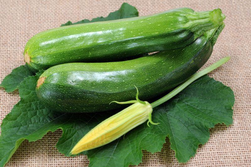 Кабачки. Молодые небольшие кабачки уже появились на полках супермаркетов и рыночных прилавках. Спрос на них огромен, а по цене — достаточно приемлемо. Это, конечно, не выращенные в открытом российском грунте кабачки, но уже вполне хорошие свежие овощи. Это диетический продукт, полезный людям, страдающим диабетом и заболеваниями желудочно-кишечного тракта.