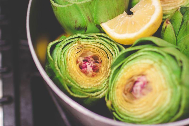 Артишоки. Сезон артишоков в Италии — это конец зимы-начало весны, заканчивается сезон в мае. Эти цветы не только очень вкусны, они содержат много полезных веществ: железо, кальций, фосфор. Они снимают стресс, и всем известно, что артишоки — отличный афродизиак.