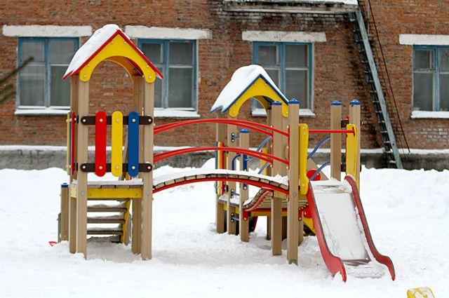 На детских площадках еще лежит снег