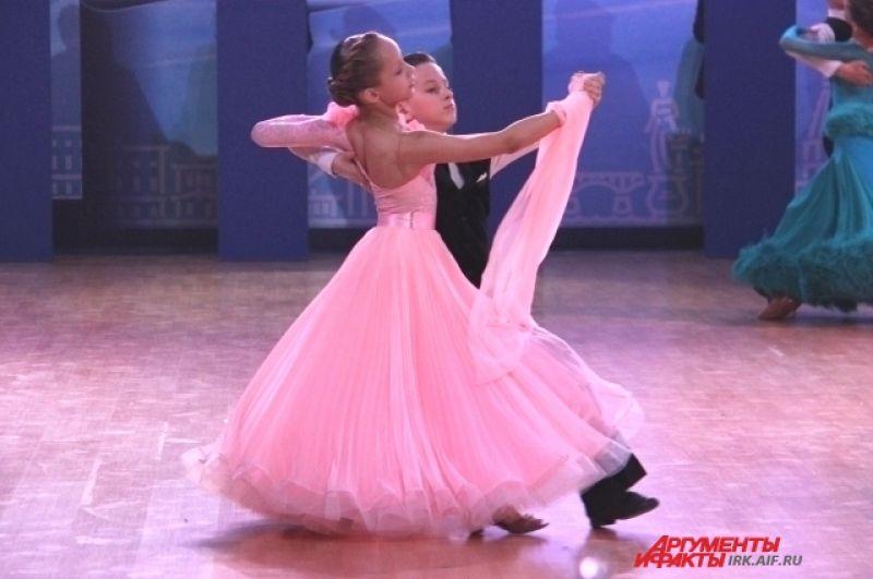 Пары покорили публику не только мастерством танца, но и необычайно красивыми костюмами.
