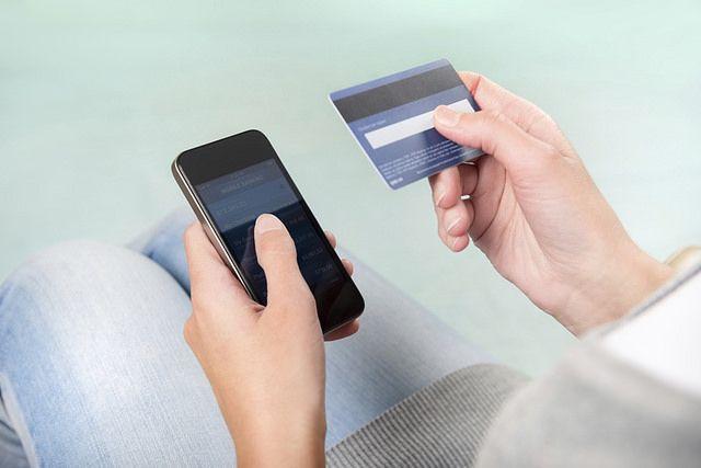 Женщина сама продиктовала мошеннику номер банковской карты, свои данные и смс-код.