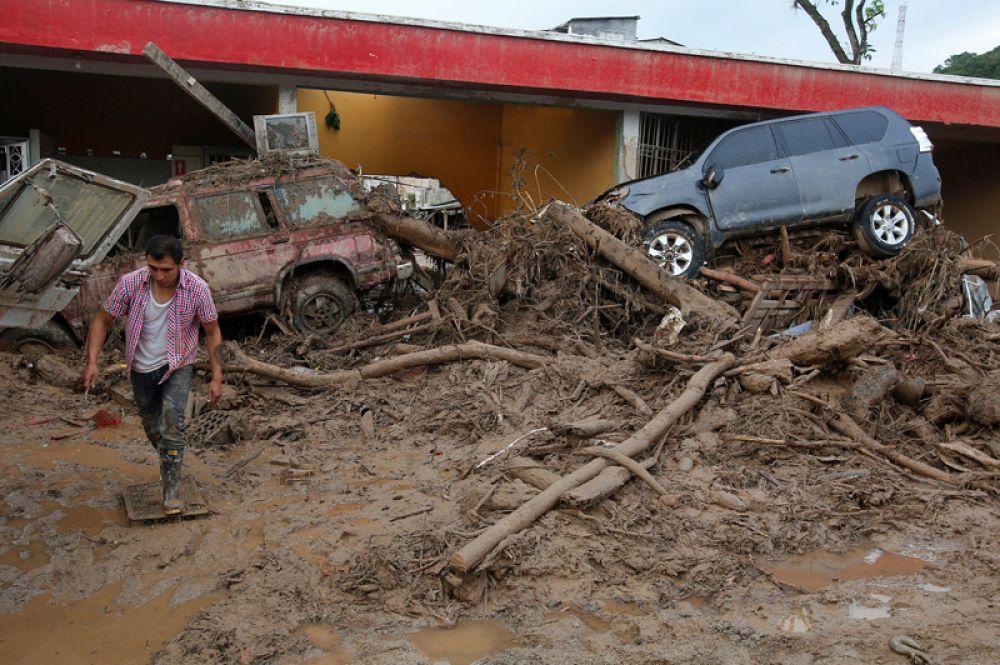 Мужчина идёт среди развалин в Мокоа.