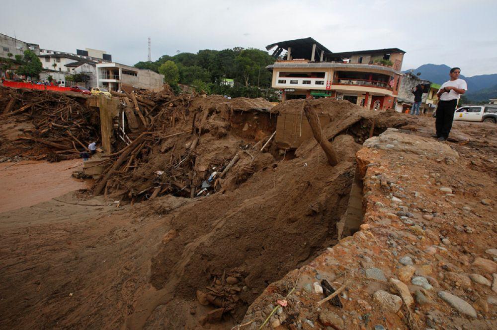 В результате наводнения и оползней весь город остался без электричества.