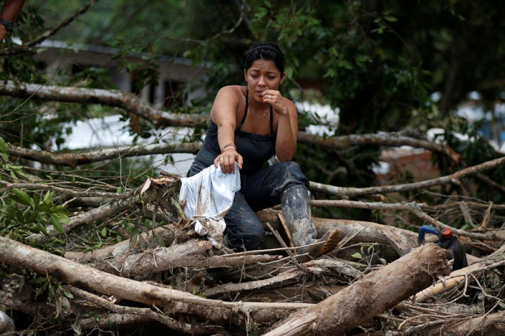 Жительница города Мокоа на разрушенной улице.