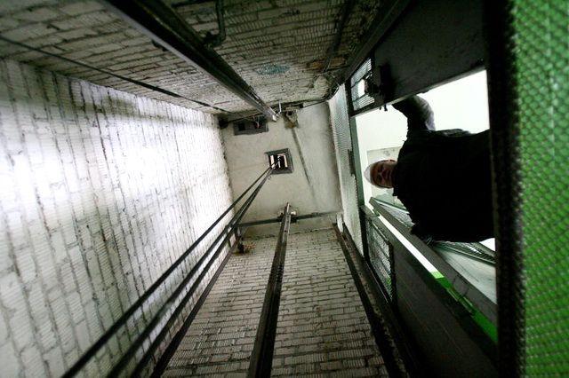 ВЧебоксарах 75-летняя пенсионерка провалилась вшахту лифта