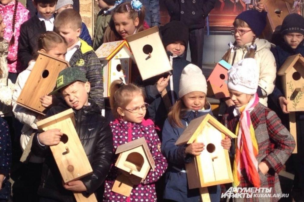 Скворечники развешивали не только в школьном дворе, но и на близлежащих улицах.