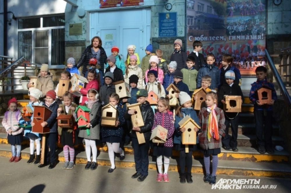 Праздничная линейка, посвященная Дню птиц, в гимназии № 69. Ученики 1«Б» класса со своими скворечниками.