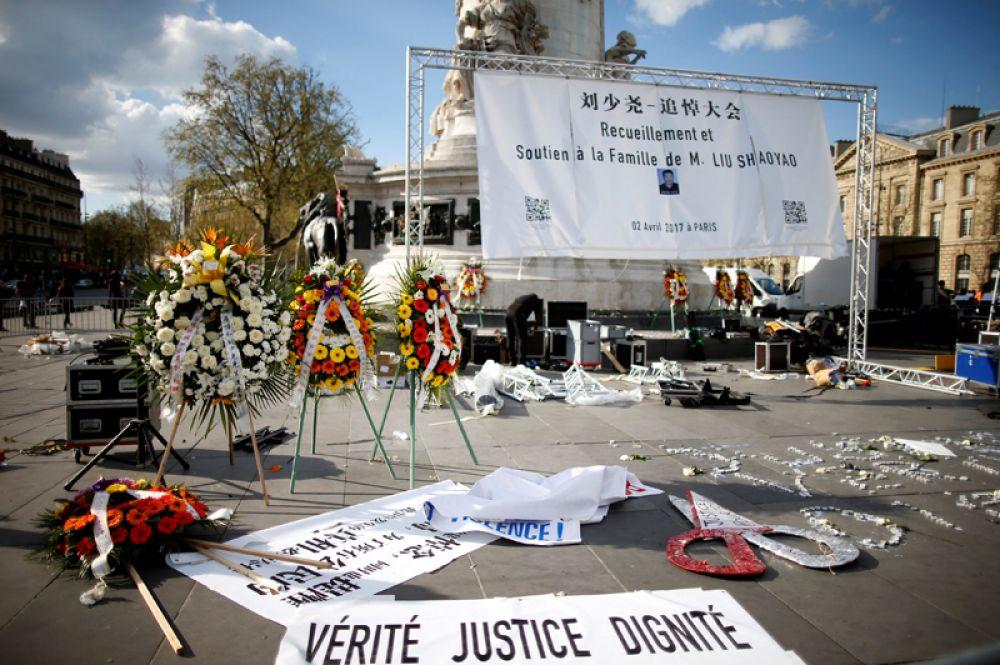 Плакаты и баннеры, призывающие к справедливости и правде, на площади Республики в Париже.
