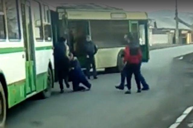 Водители автобусов устроили массовую драку заправо подъезда костановке в«Черемушках»