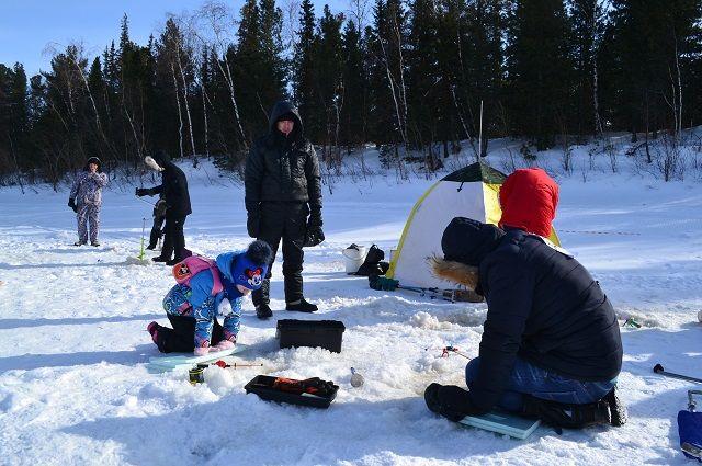 Сотрудники городских предприятий собрались на соревнования по зимней рыбалке.