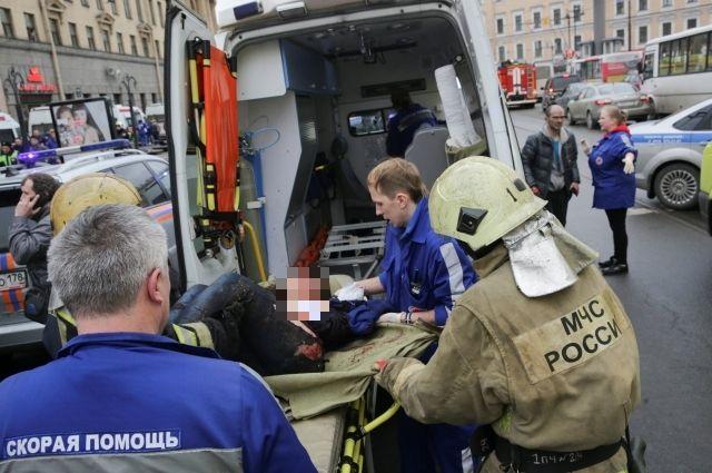 Пострадавших при взрывах в метро доставят в больницы.