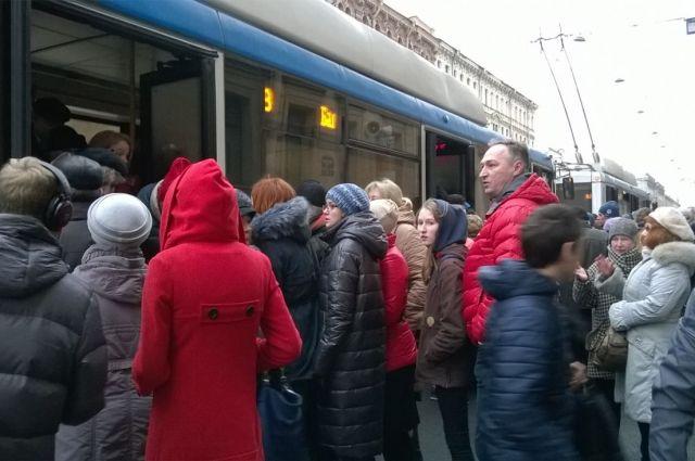 После взрыва вметро вПетербурге пустили дополнительные автобусы