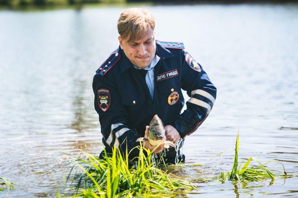 Сотрудник ДПС Петя Васютин в комедии «Самый лучший день» (2015).