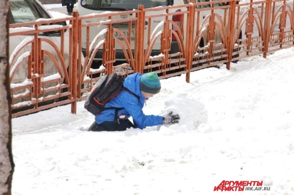 Выпавший снег хорош для зимних забав.