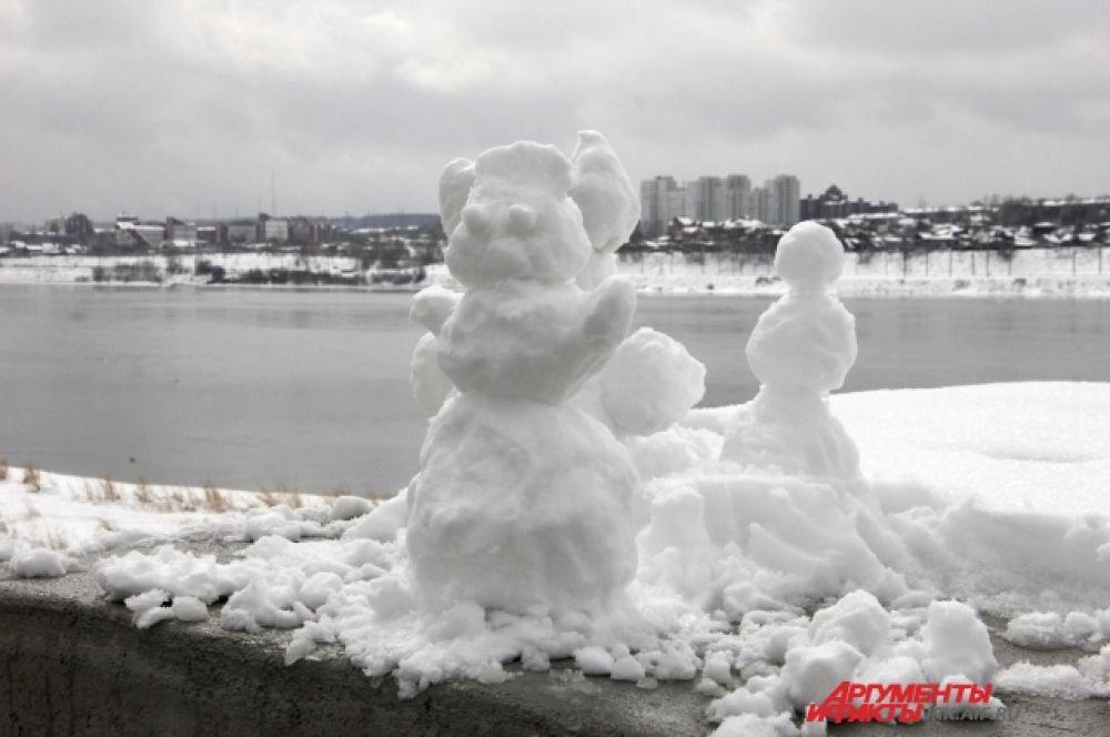 Вот такие снеговички встречаются во время прогулки по набережной.