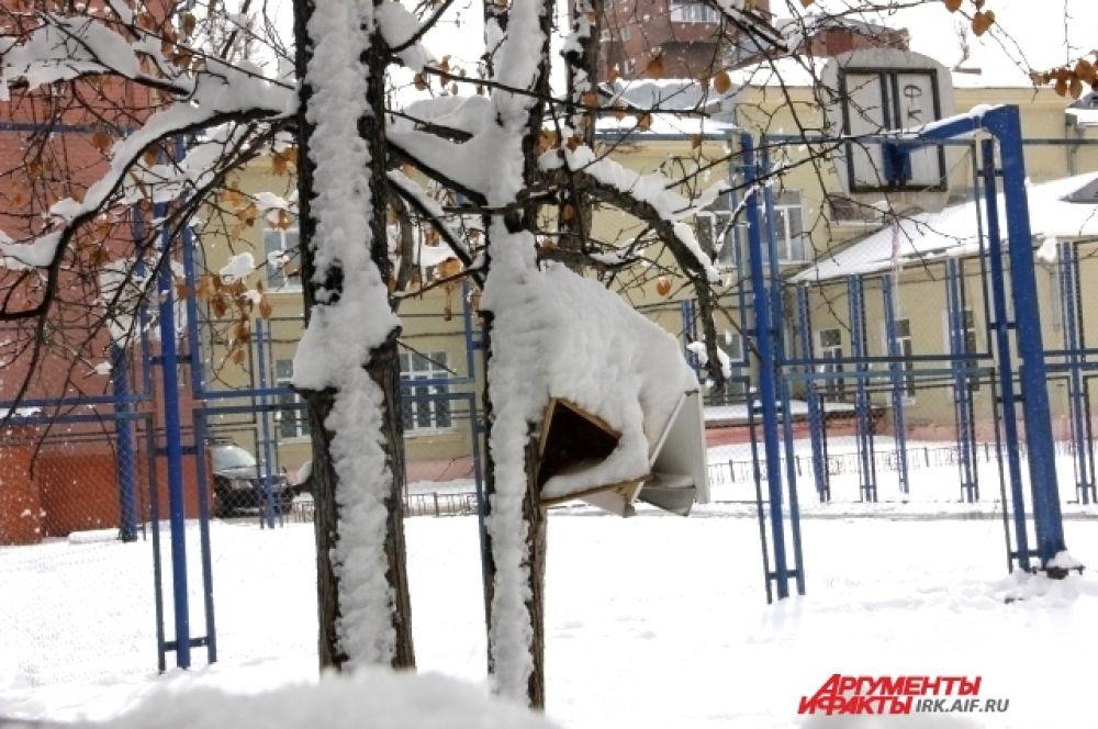 Скворечники «утеплились» снежком.