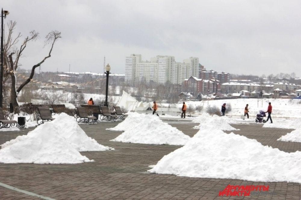 После эти снежные горки увезут грузовики за город.